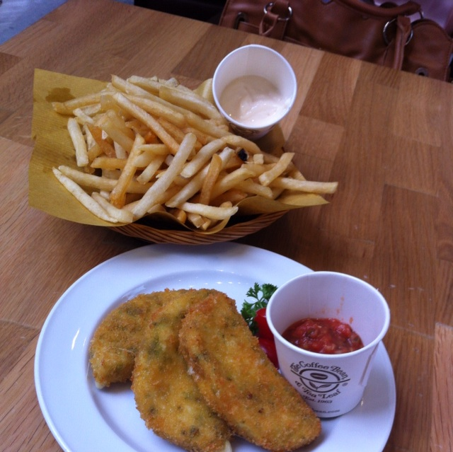 Skinny Fries With Aioli And Mozzarella Fritters With Salsa
