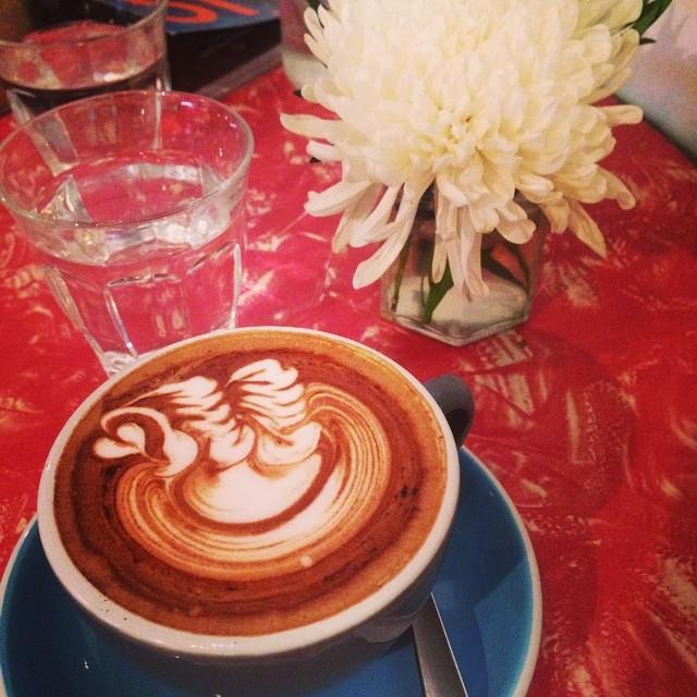 #igsg #instamag #instagram #coffee #coffeeart #swanart #daisy #cafemocha #mocha #wafflesslayer #chocalate #afternoontea #instadrinks #sgcoffee #milk #steamedmilk form #whitedaisy #flower