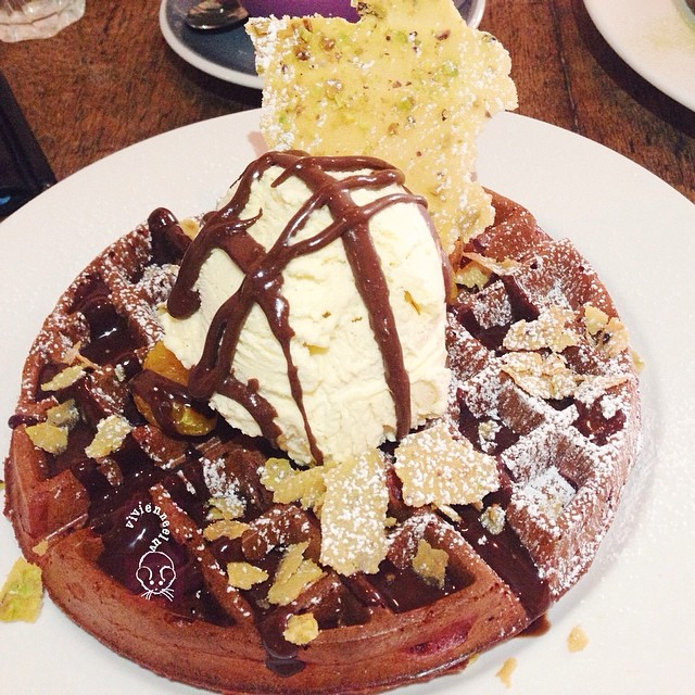 ➊ [Red Velvet Buttermilk Waffles - with pistachio tuile, chocolate fudge, vanilla ice cream S$14.90] - kind of lacking in taste, but still alright.