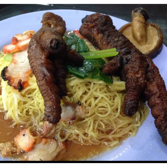 Wanton Mee With Chicken Feet