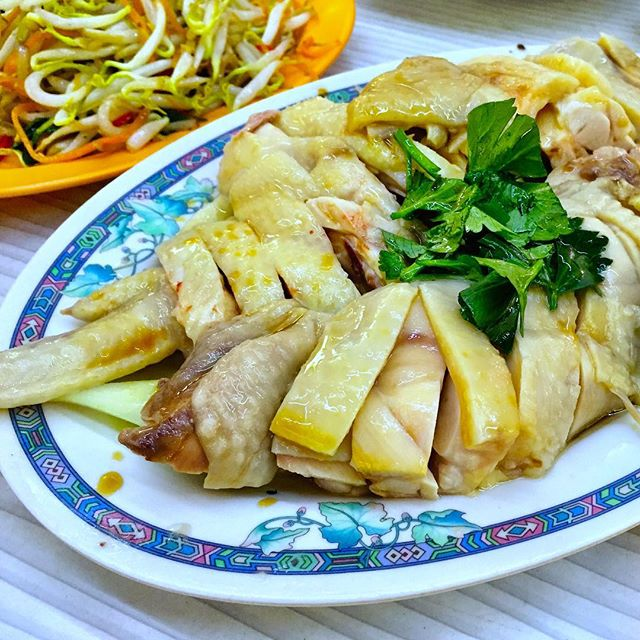 Steamed chicken with a dash of soya and sesame :) #steamedchicken #chickenrice #sghawker #sgfood #foodsg #foodporn #burpple #goodyearlocalhainanesechickenriceballtoapayoh