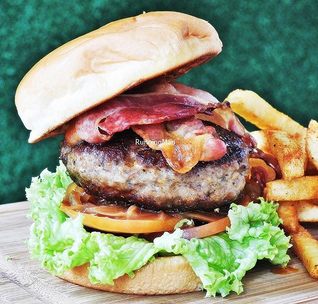 Toby's Deluxe Burger (SGD $16.50) @ Toby's The Dessert Asylum.