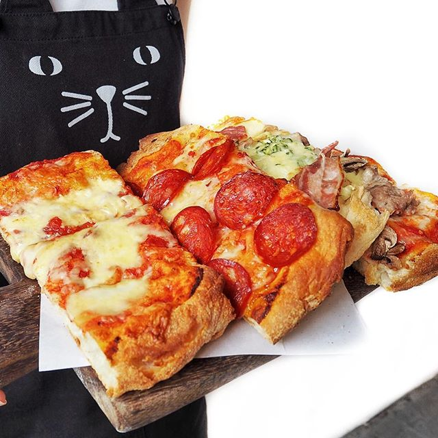 Assorted Pizzas ☻☻☻☻☻☻☻☻☻☻ Who would have expected four large slices of pizzas at such an affordable price!