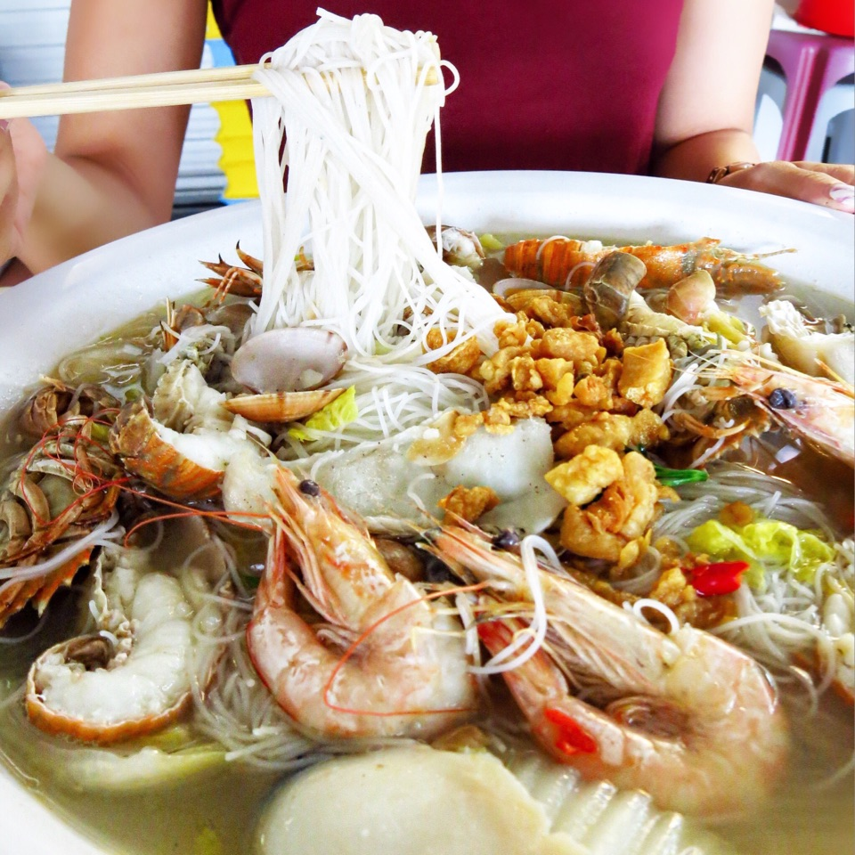 We were most definitely in awe when this island of beehoon and seafood came.
