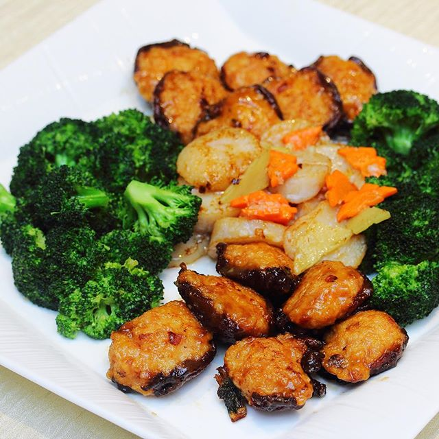 [Li Bai] - Sauteed Scallop stuffed with Prawn Paste and served with Dried Oyster and Broccoli.