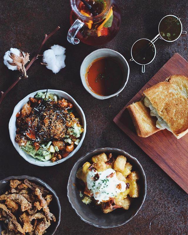 @alteregosg moments with @dennisyin & @jestinna  #alteregosg #esplanade  #flatlays #onthetable #essentials #travelgram #huntgram #artofvisuals #thecreatorclass #createcommune #insiderfood #f52grams #bestfoodaroundtheworld #theartofplating #cookmagazine #thefeedfeed #eattheworld #yahoofood #thisisinsiderfood #beautifulcuisines #burpple #sgcafefood #cafefoodsg #sginsiders #exploresingapore #visitsingapore #yoursingapore #fujifilmsg #cafehopping