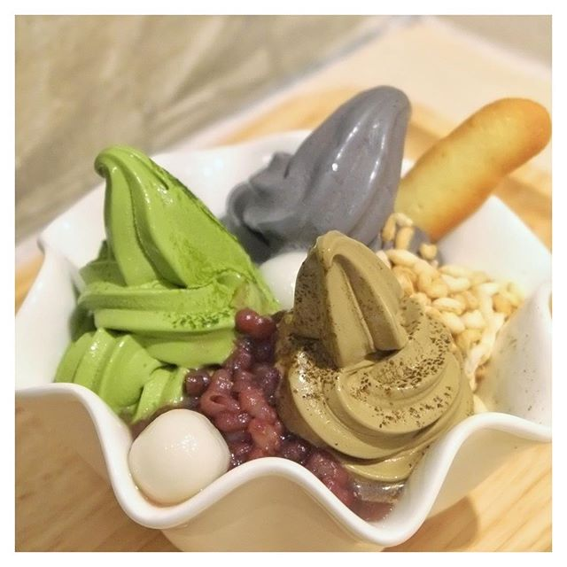 Much needed during this sweltering heat season would be this trio gem - Matcha / Hojicha / Goma soft serve from @Matchaya!