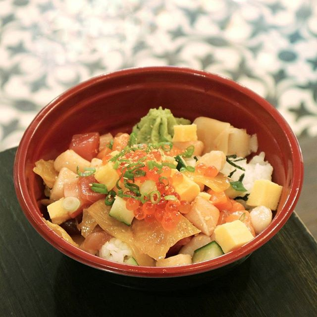 {Signature Kaisen Don}  So in love with this cos it's got all the kinds of raw fish that I like: salmon sashimi, tuna, swordfish and mini hotate!