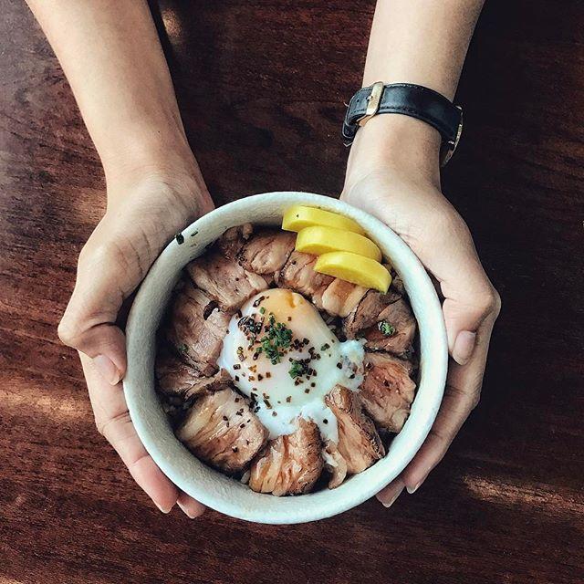 Truffle yakiniku don ($18) 🐮 • Pan-seared US black angus short rib, onsen egg and truffle soy sauce over Tanuki Raw's signature rice.