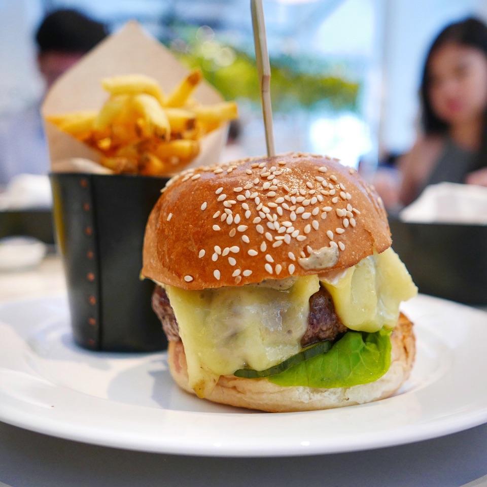 Cheeseburger with Truffle Sauce ($26++)