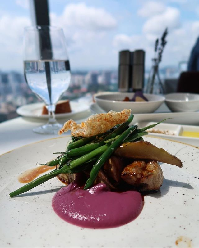 [Salt Grilled & Sky Bar] As a main course I chose the pork meat with cranberry sauce.