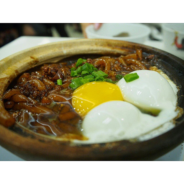 Claypot Mee  Mixing the runny egg with the (soy sauce + lard) mee in a hot claypot.