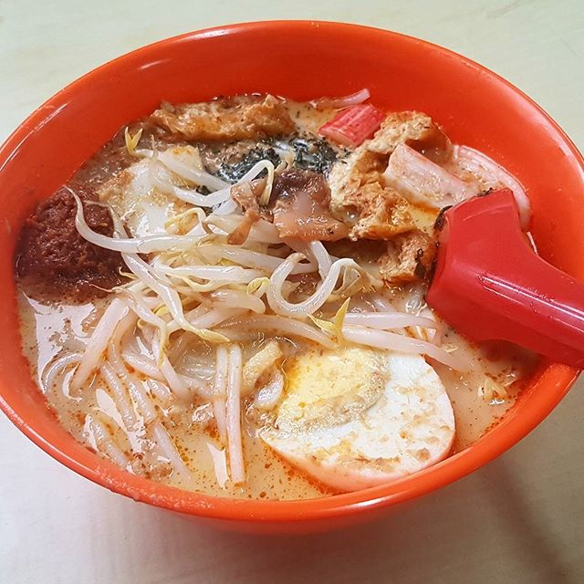 This bowl of laksa deserve a single picture post.