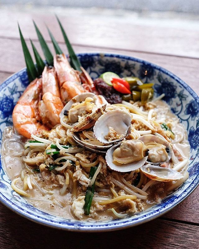 Date night with @kevin_the_hiak entails this 👆 yummy {XYT Hokkien Mee} and a stroll along the Haji lane later.