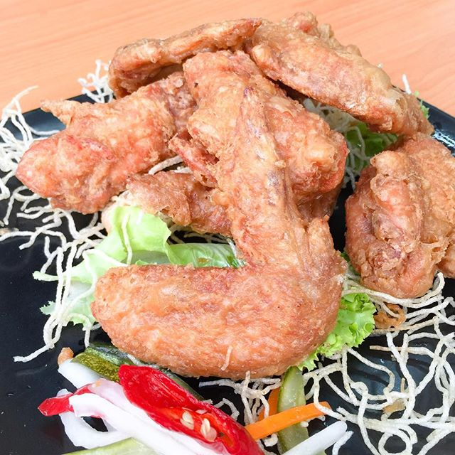 • Wee's Family Coffee Shop 05/05: Prawn Paste Chicken Wings $8: Among all the dishes we ordered, I like this prawn paste chicken wings the most.