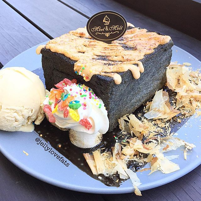 [jelly星期三] Mentaiko Charcoal Lava Toast $14.90 Single Ice cream scoop $3.20 (Premium +$1.00) ❣ Mentaiko fillings was smooth and creamy.
