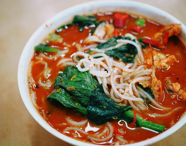 On a rainy morning like today, all I'm craving for is the insanely rich prawn noodles ($16) at kok sen.