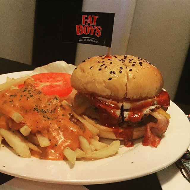 Wimpy Beef ($15) top up $2.50 for chili queso on fries 🍔 Beef patty, chewy bacon, cheddar cheese, fried egg & homemade BBQ sauce on sesame seed bun.