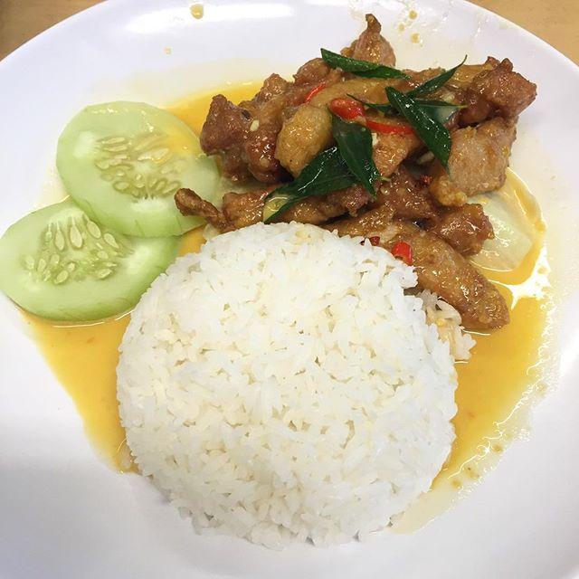 Salted egg chicken rice ($6) ------------------------------------------------- 📍Susan Chan Food 💬 Far East Plaza Level 5 #SusanChanFood #saltedeggchicken #chicken #saltedegg #saltedeggchickenrice #fareast #fareastplaza  #instafood #instafood_sg #eatoutsg #singapore #exploresingapore #exploresingaporeeats #exploreflavours #instafoodies #sgfoodies #singaporefood #singaporefoodies #sgmakandiary #foodporn #burpplesg #burpple