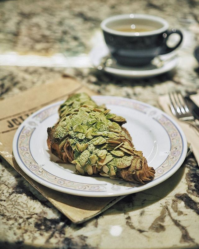 🍵/ Finally got to try their matcha almond croissant!