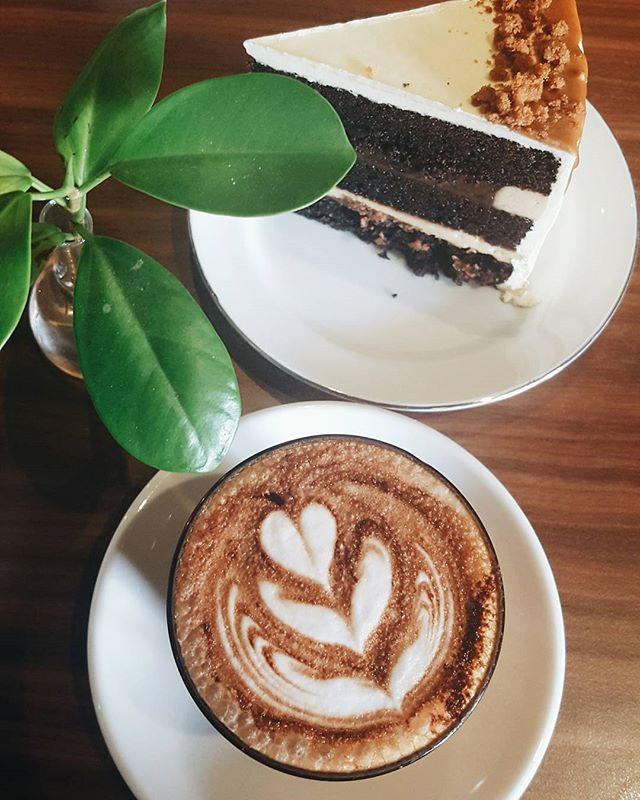 早安 MORNING 🌞 How about a cake and good coffee to chase away monday blues?