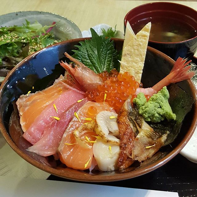 8🌟 / 10🌟 Yummy Kaisen Chirashi that consists of En's pink sushi rice and 10 different kinds of chef's selection sashimi such as Ikura, Amaebi, Hotate, Unagi, Hamachi, Maguro, Aburi Salmon, Salmon, Tamago Yaki and Roe @ S$23.54 from En Sakaba at Orchard Central Mall