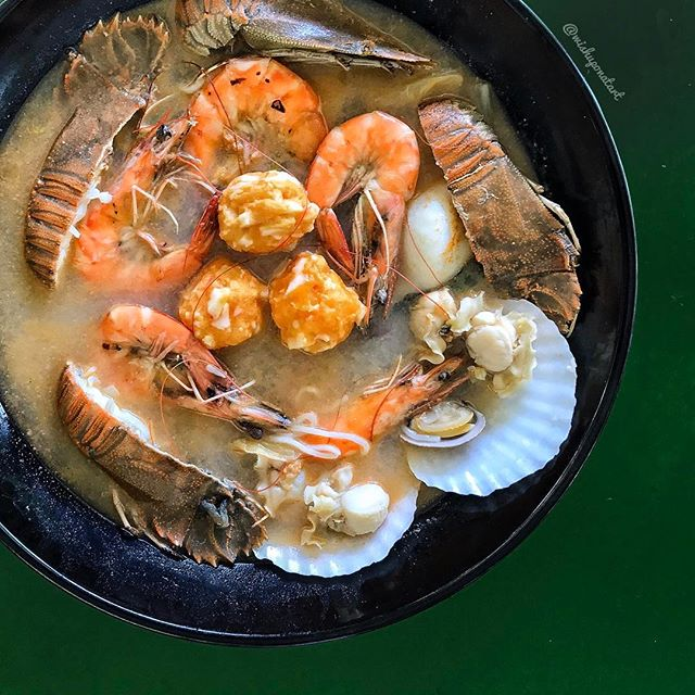 Imagine a party of crayfish, scallops, prawns, lobster balls, threadfin fish, clams and lobster balls - all cooked in MSG-free broth that is simmered with flower crabs for hours.