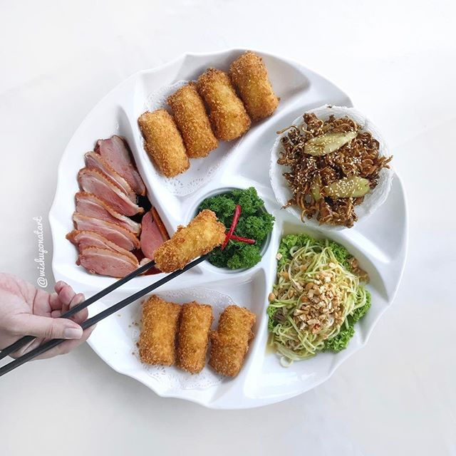 First thought that came to my mind when this was served - wedding banquet cold plate - which was a good thing because I get to taste different dishes in one awesome platter!
