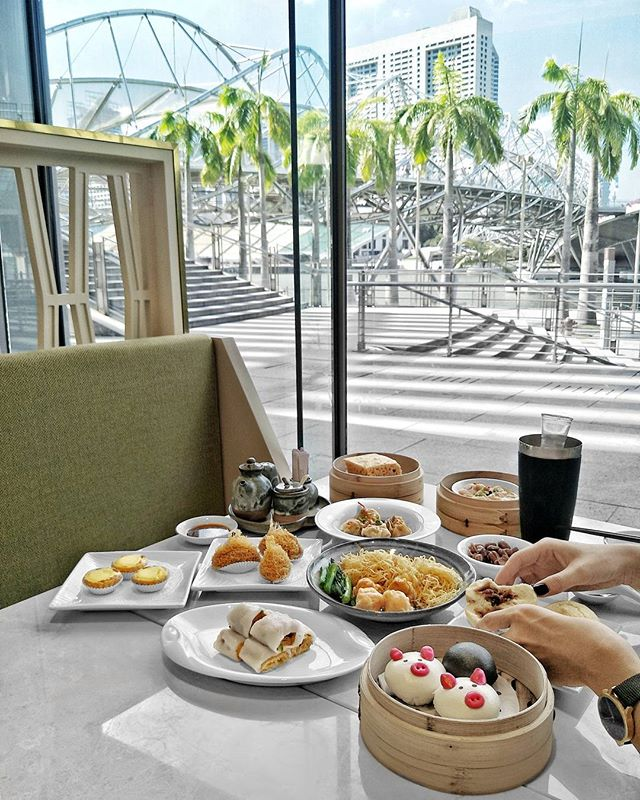 ~ Helix ~ Late Lunch / Tea Break with a view, of the iconic @MarinaBaySg Helix Bridge & some holiday-mood-indudcing palm trees no less.