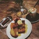 Belated #thanksgiving #breakfast with the masterless samurai Part II #ronin_sg #roninsg #ronincafe #17hongkongstreet #hongkongstreet #cafehopping #cafehoppingsg #instafood #frenchtoast #mintmocha #mocha #hazelnutbutter #brownie #chasingshadows #chasingshadow #onthetable #burpple  #igersphotography #instagood #instamood #instagramhub #justgoshoot #global_family #gf_daily #gf_singapore #killeverygram
