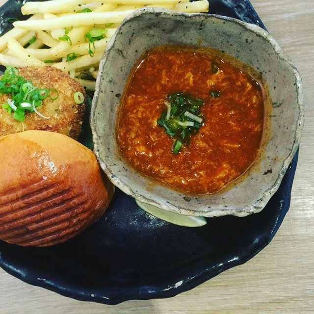 I love the sauce a lot and the crab patty @artistrycafesg .I can't appreciate truffle fries so no comments on it.