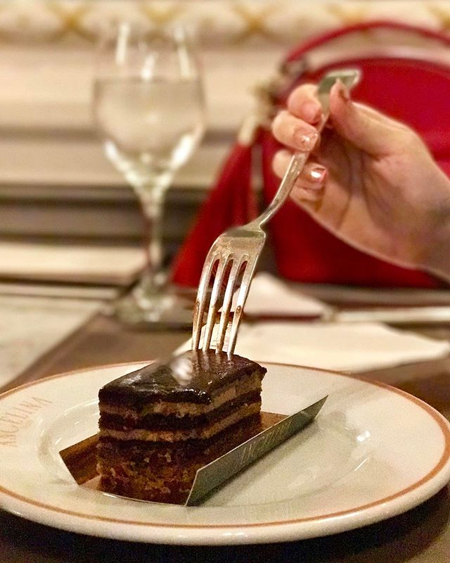Made with layers of sponge cake soaked in coffee syrup and covered in a chocolate glaze, weekend can't get off to any sweeter 😋